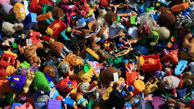 Детские игрушки и пластик